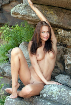 Leggy girl climber totally naked on..